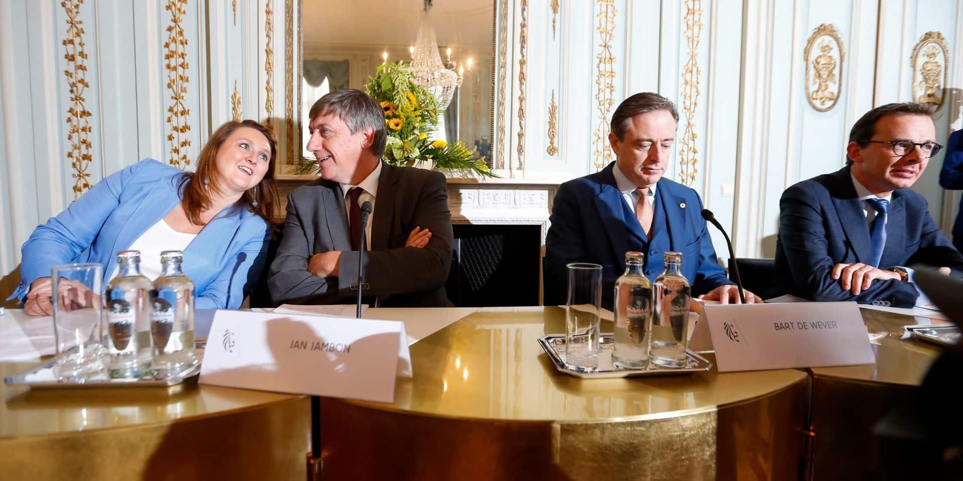Gwendolyn Rutten (Open Vld), Jan Jambon (N-VA), Bart De Wever (N-VA) et Wouter Beke (CD&V).