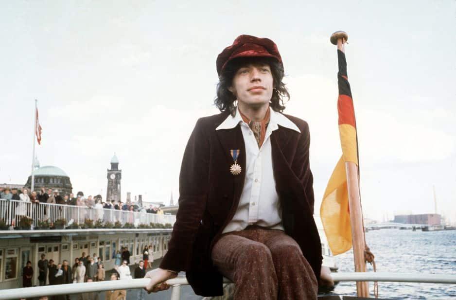 Chemise col pelle à tarte, tons marron et casquette gavroche... Pas de doute Mick Jagger croque les seventies à pleines dents.