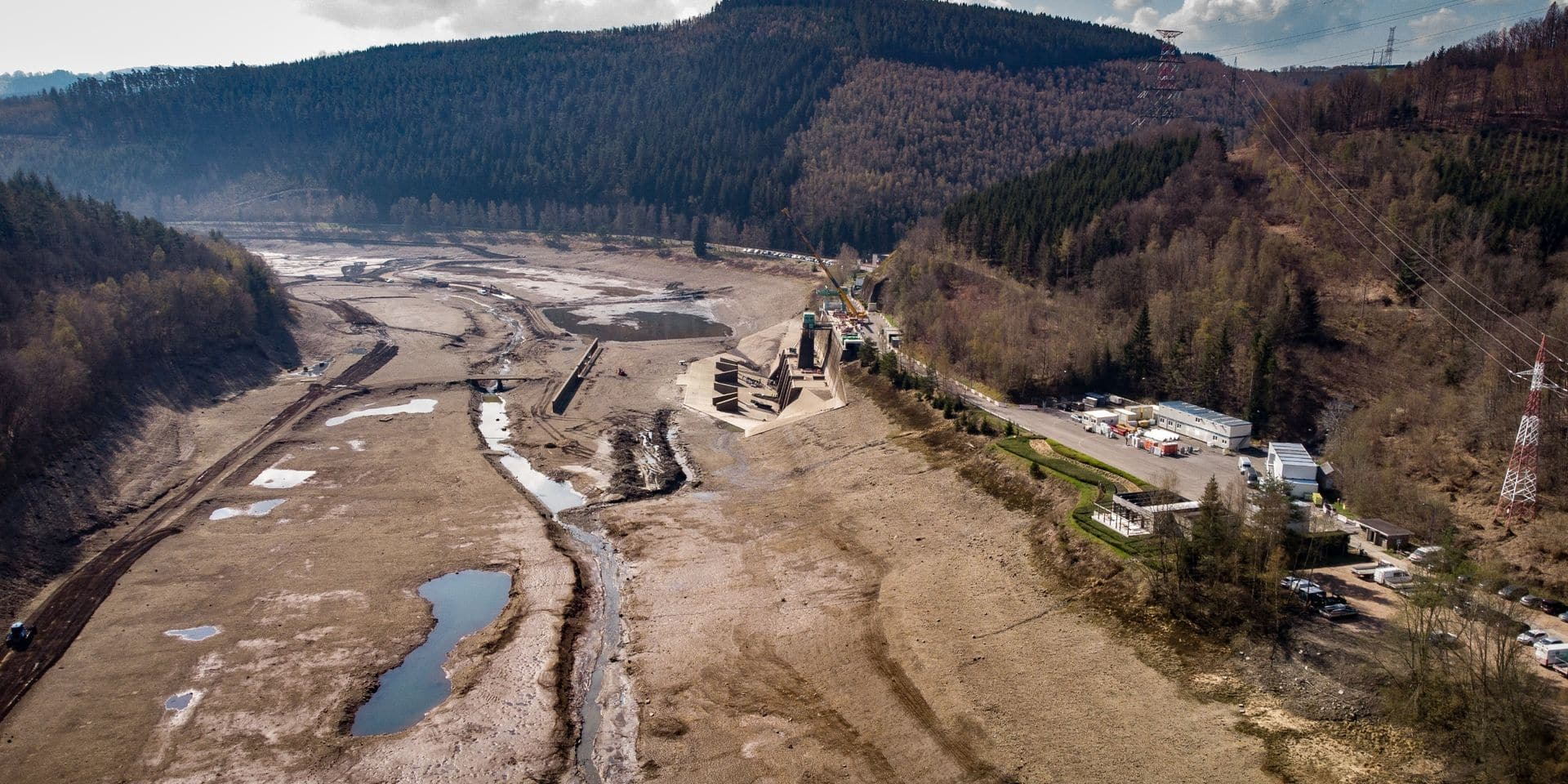 Le lac artificiel a été vidé pour permettre l'agrandissement du bassin.