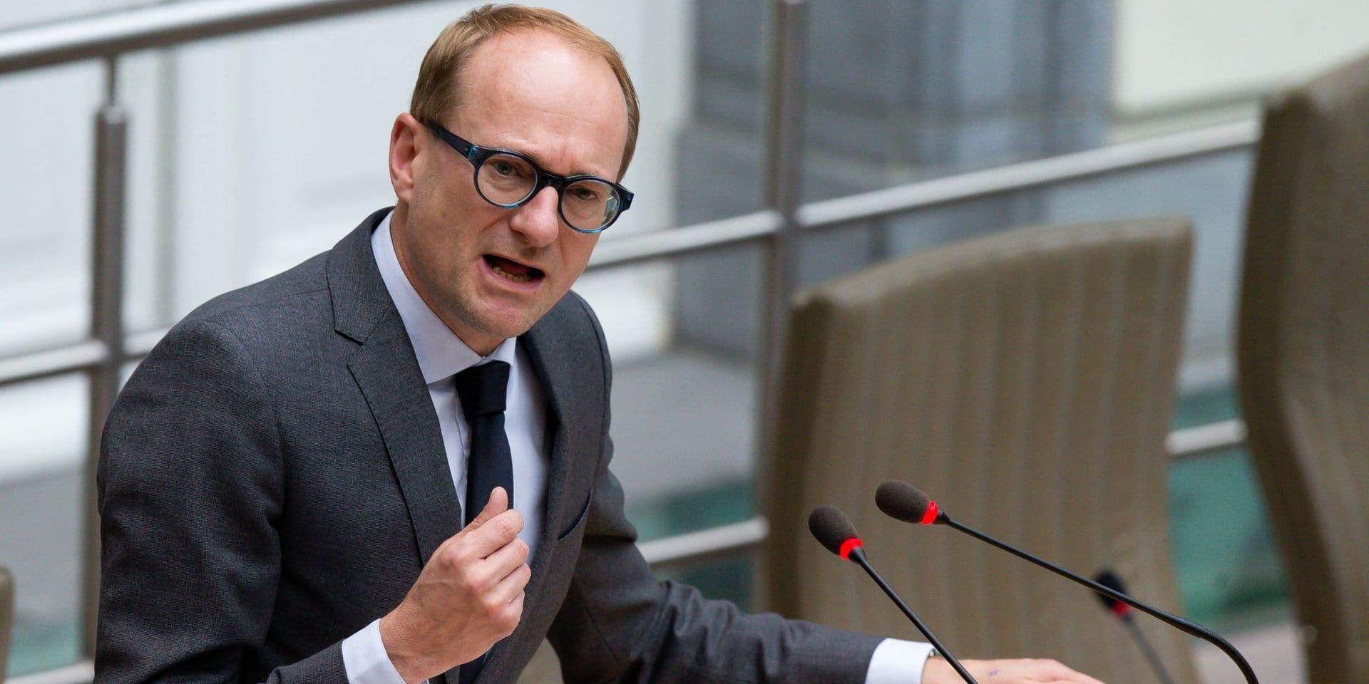 """Les voitures des ministres flamands créent la polémique au parlement: """"J'ai besoin d'un véhicule avec un certain standing, pas d'une Toyota"""""""