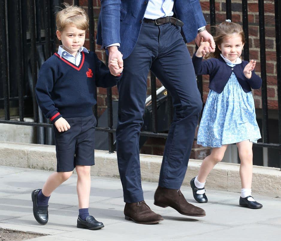 Le 20 avril 2018, George et Charlotte se rendent à la maternité Lindo Wing de Londres pour rencontrer le petit Louis de Cambridge. La princesse séduit le monde entier en saluant poliment le public britannique et les photographes. Elle a tout d'une grande.