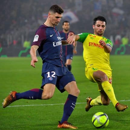 Paris Saint-Germain's Belgian defender Thomas Meunier (L) vies with Nantes' French defender Leo Dubois during the French L1 football match between Nantes and Paris Saint-Germain (Paris-SG) at the La Beaujoire stadium in Nantes, western France, on January 14, 2018. / AFP PHOTO / LOIC VENANCE