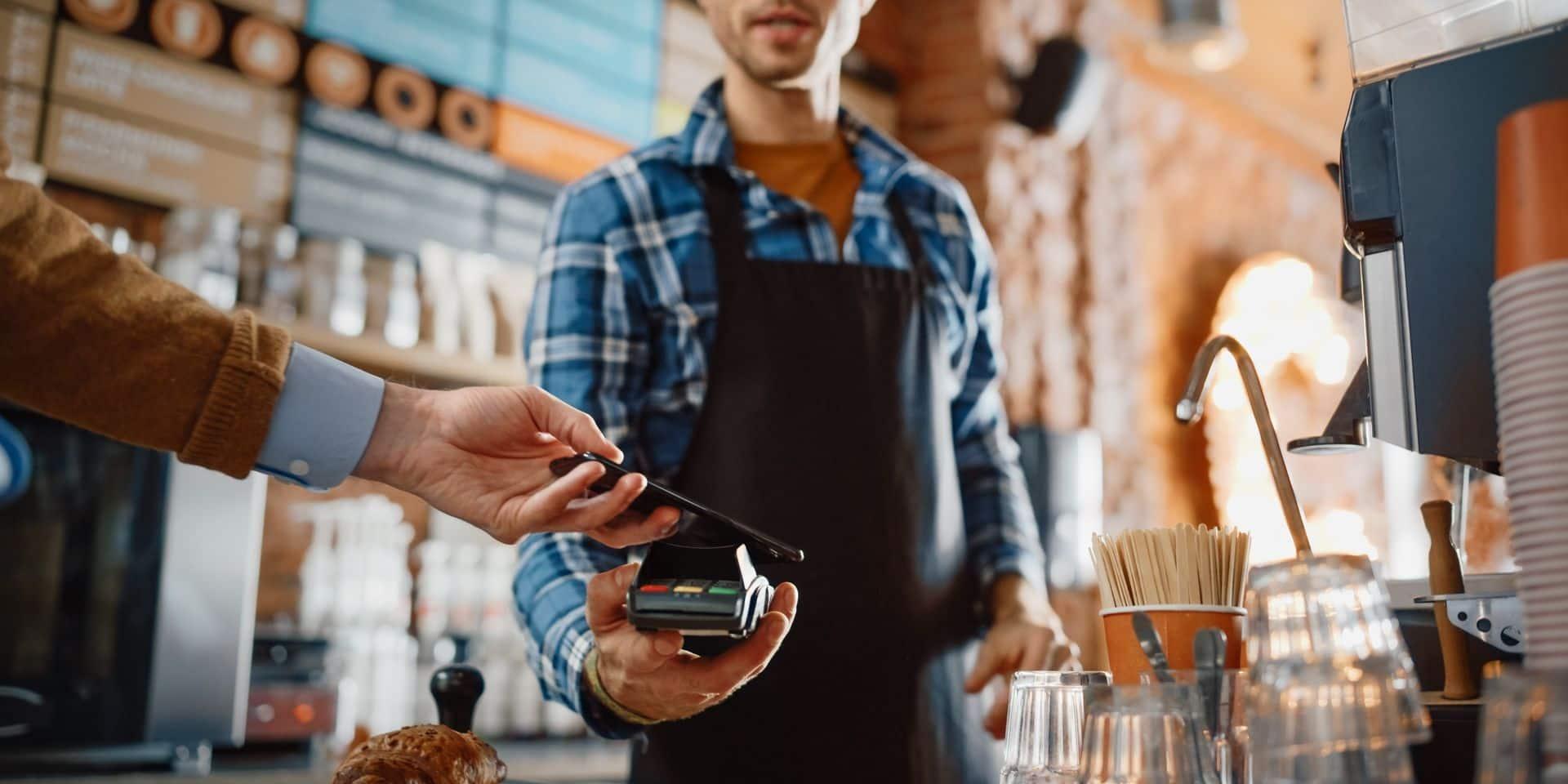 Pour la première fois, 51% de tous les paiements par carte en avril étaient sans contact