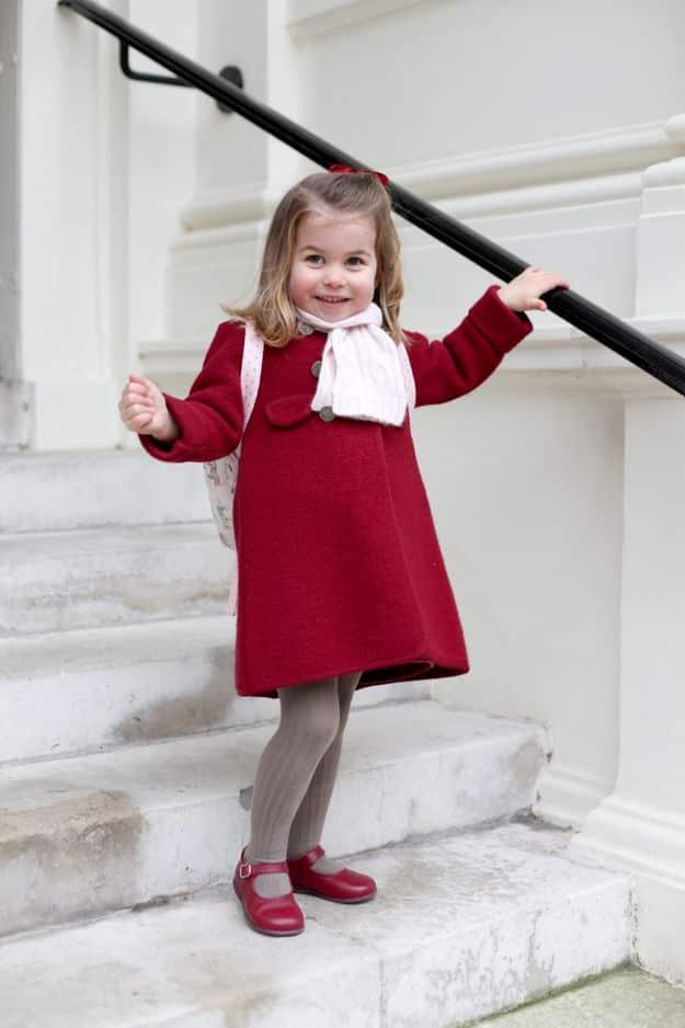 En janvier 2018, Kensington Palace publie des photos de la petite princesse alors qu'elle s'apprête à passer son premier jour à la maternelle.