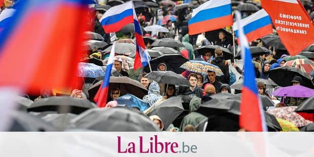 Protesters attend a rally in central Moscow on August 10, 2019 after mass police detentions. - Thousands of opposition supporters rallied in Moscow on August 10 after mass police detentions at recent protests that have been among the largest since President's return to the Kremlin in 2012. On a rainy afternoon, protesters huddled under umbrellas on the central Prospekt Andreya Sakharova street, where city authorities had given permission for the rally to take place. (Photo by Yuri KADOBNOV / AFP)