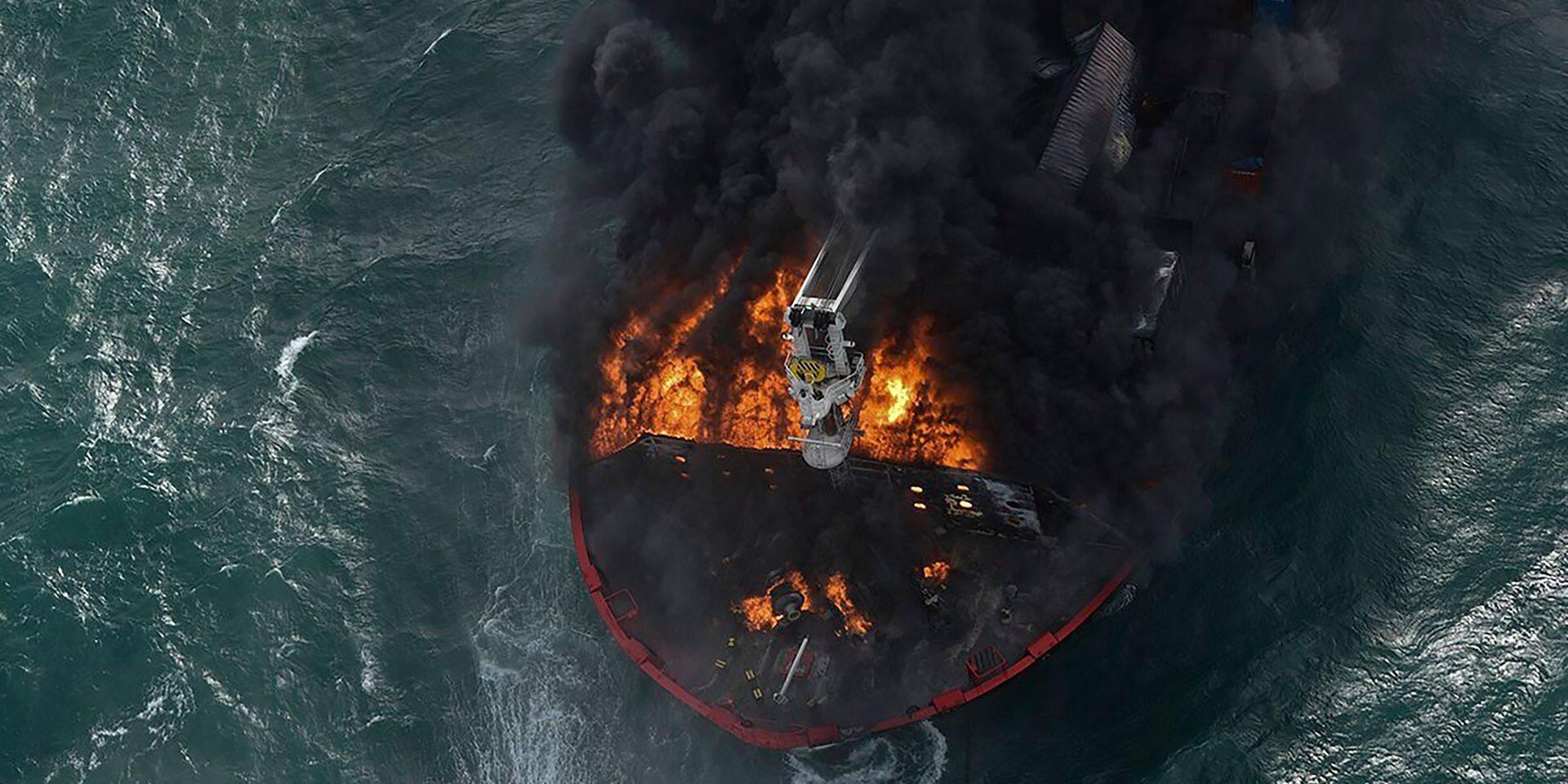 Sri Lanka: un porte-conteneurs en feu fait craindre une marée noire