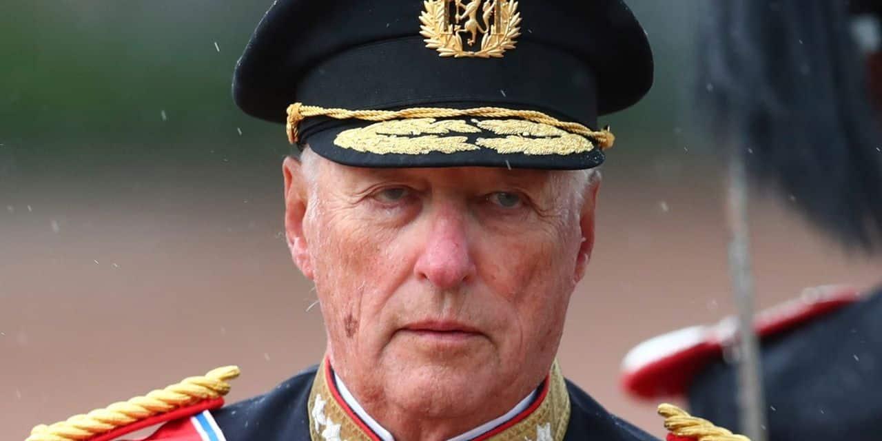 Le roi de Norvège s'affiche en uniforme un mois après son opération du cœur