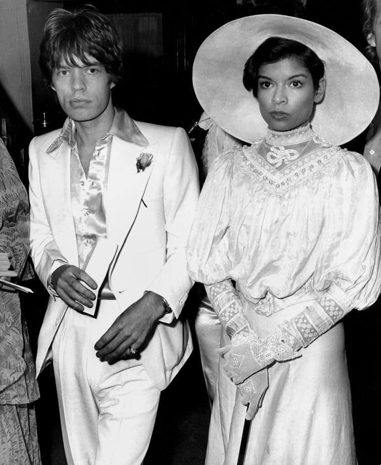 Mais Jagger sait également porter le costume comme personne. Il le prouve ici en compagnie de son ancienne femme, Bianca, épousée en 1971.