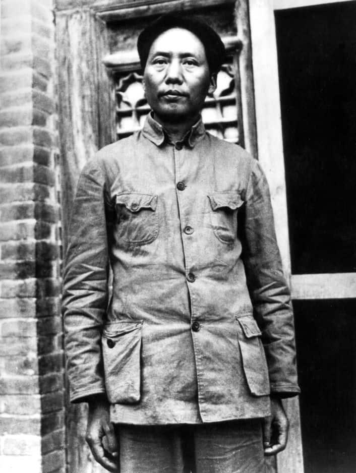 La veste de Mao        Elle est bleue pour les paysans, grise pour les fonctionnaires, verte pour les militaires. Le nombre de poches et de boutons signifie la démocratie ou l'honnêteté, au choix…