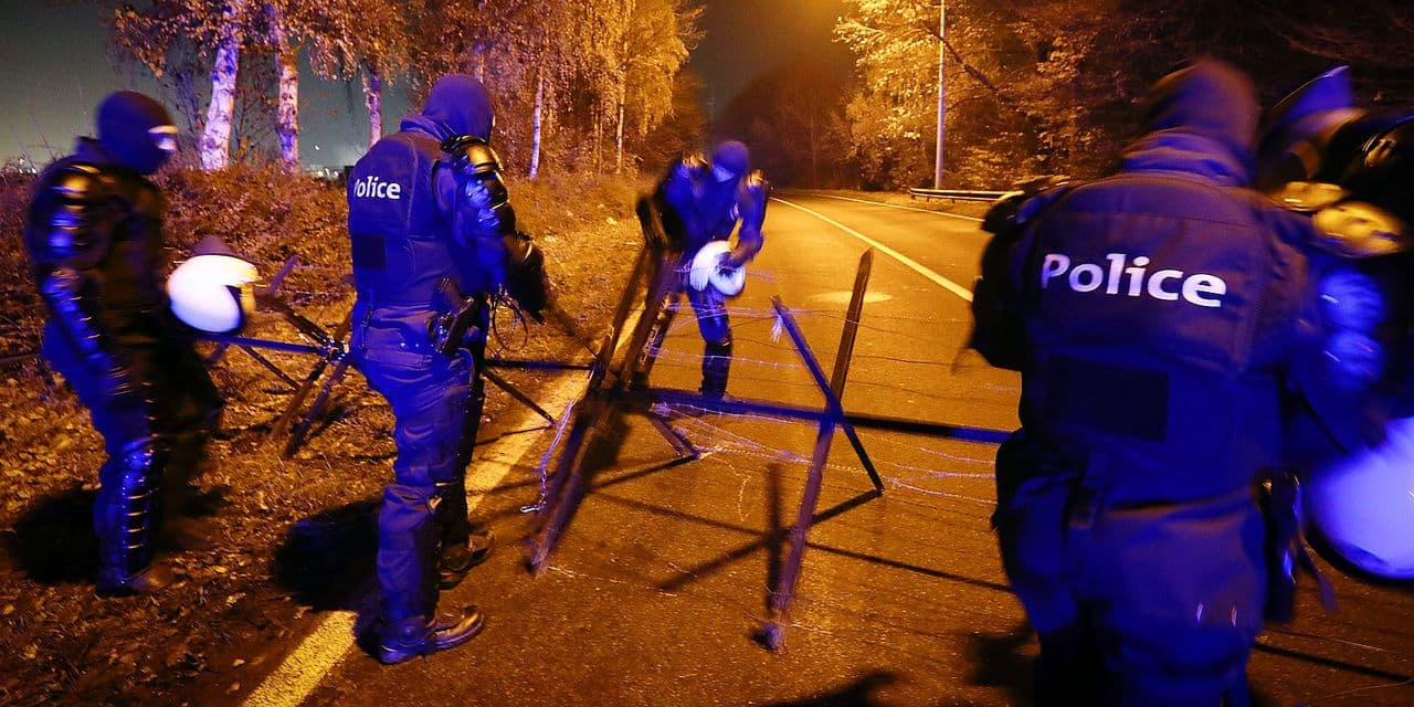 Illustration shows police preparing the barbed wire fence as a high level of police forces were deployed in Feluy as violence increased in the three past nights, at the level of the exit 20 of the E19 highway, near Feluy zoning, in marge of the yellow vests (gilets jaunes) potests actions, Thursday 22 November 2018. Following the protests in France against the rising of the fuel and oil price, Belgian 'gilets jaunes' have been blocking several highways and fuel depots. Last night, some 20 protesters have been arrested. BELGA PHOTO VIRGINIE LEFOUR