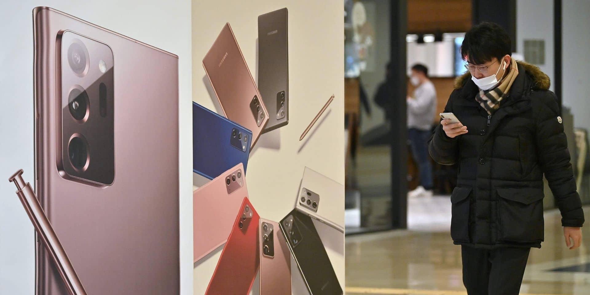 Un homme passe devant une publicité pour le smartphone Samsung Galaxy Note20 Ultra dans le showroom de l'entreprise à Séoul.