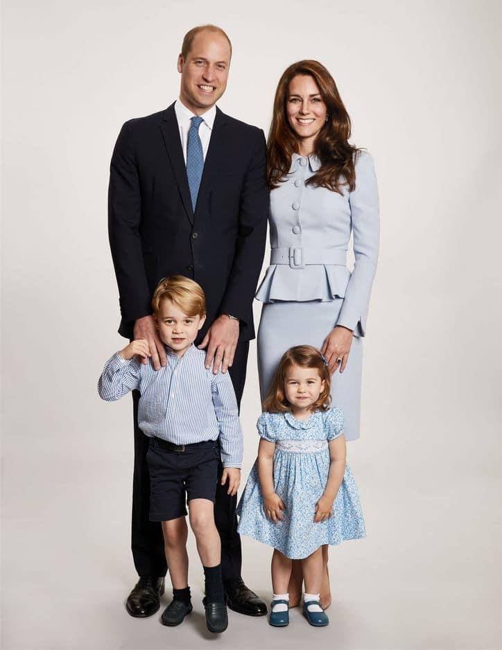 La famille est tout sourire pour la photo officielle de leurs voeux de fin d'année diffusée en décembre 2017.