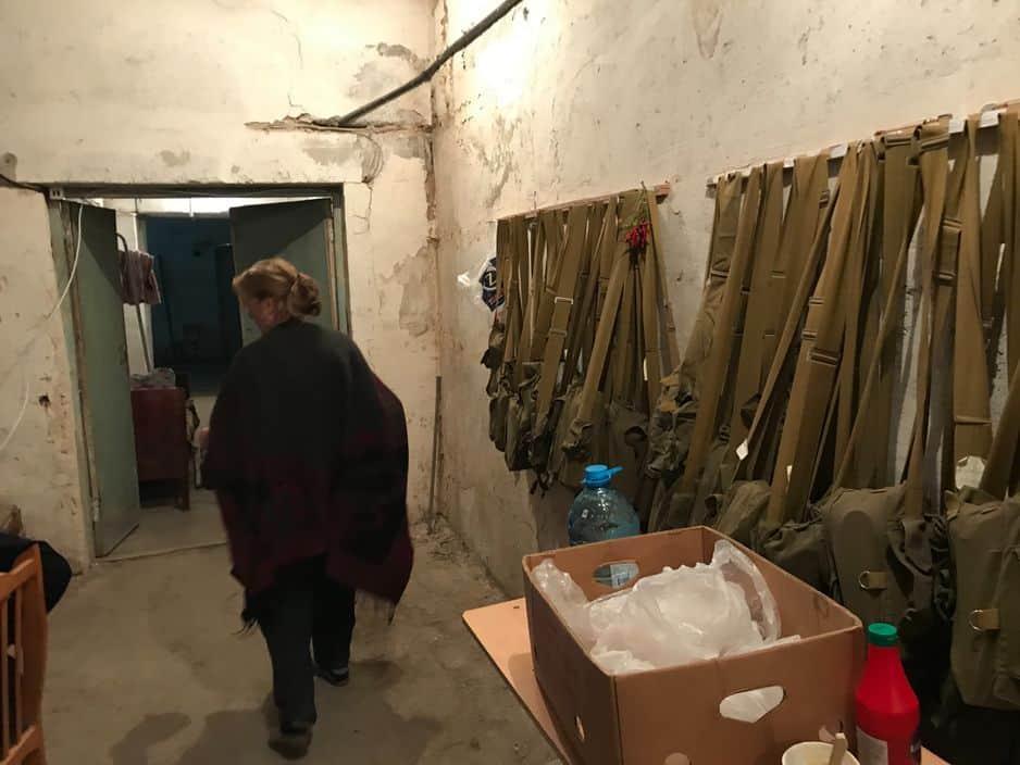 Une rangée de masques à gaz dans un abri de Stepanakert