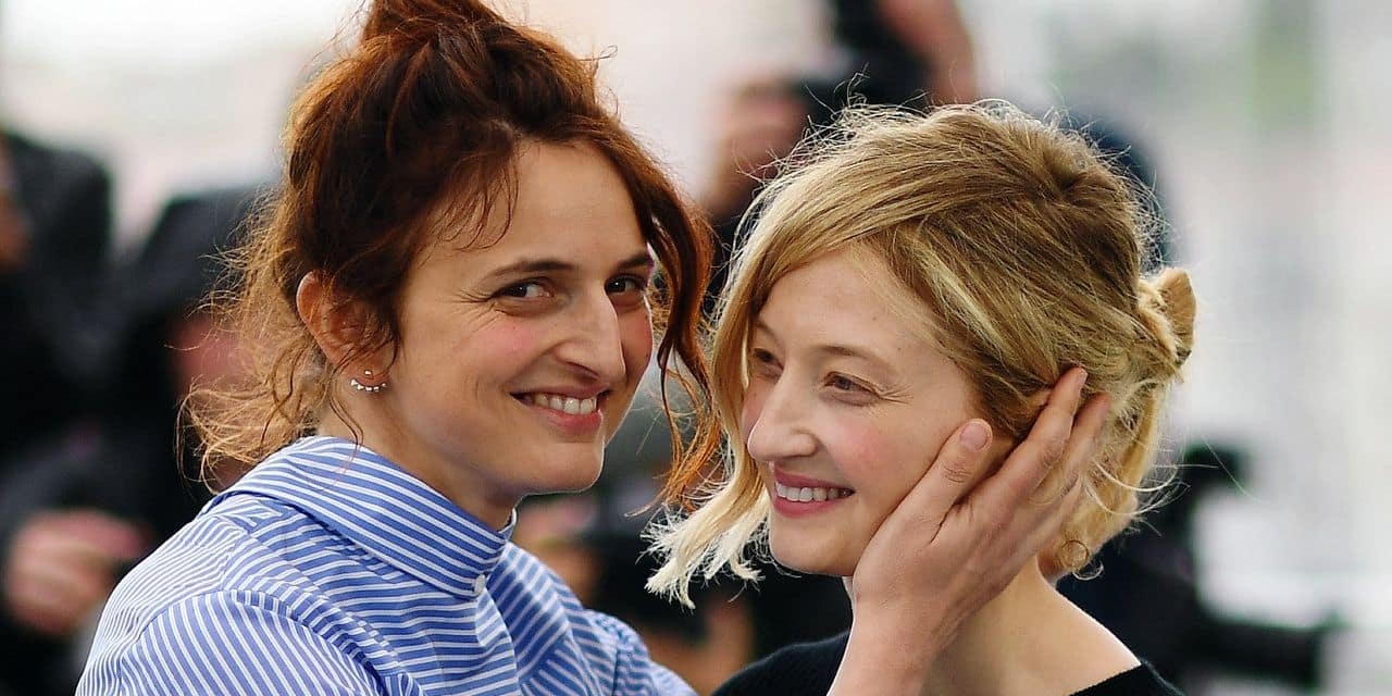 """Italian director Alice Rohrwacher (L) and her sister Italian actress Alba Rohrwacher pose on May 14, 2018 during a photocall for the film """"Happy As Lazzaro (Lazzaro Felice)"""" at the 71st edition of the Cannes Film Festival in Cannes, southern France. (Photo by Loic VENANCE / AFP)"""