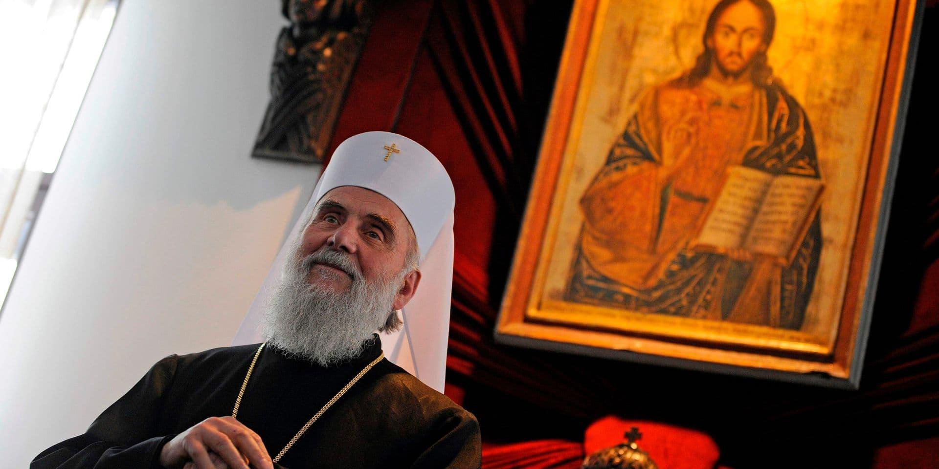 En 2010, le patriarche nouvellement élu de l'Église orthodoxe serbe Irinej tient une conférence de presse à Belgrade.