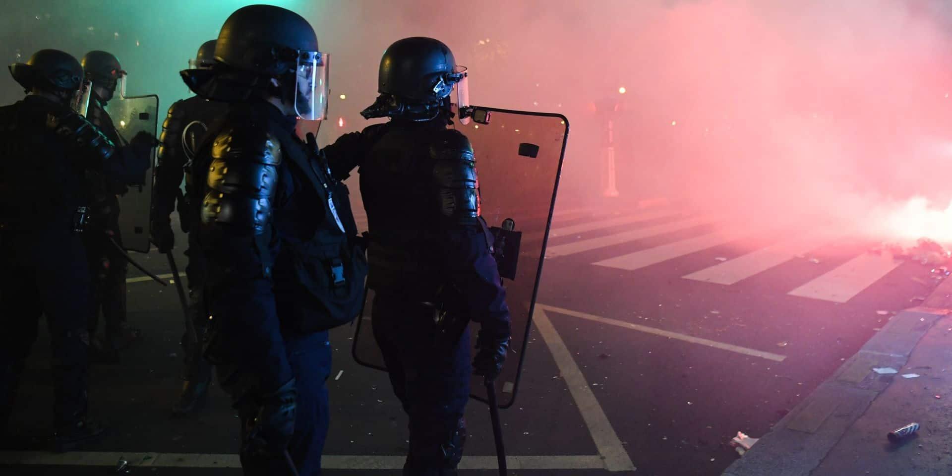 Manifestation contre la réforme des retraites en France: des policiers ont-ils cassé une vitrine ?