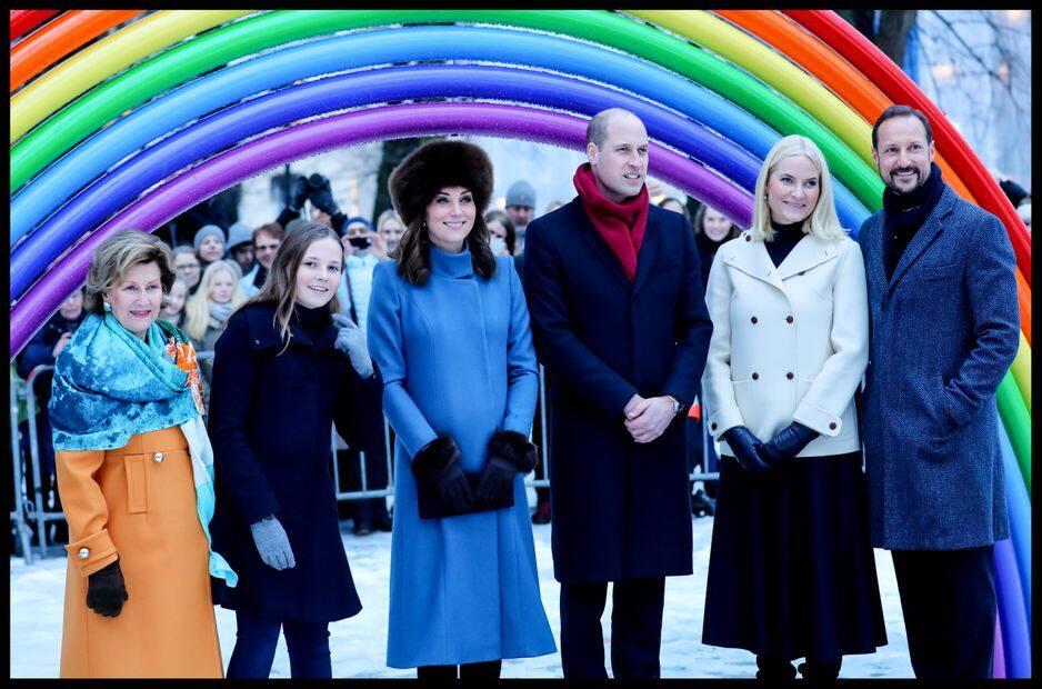 Chapka et joli manteau bleu qui met en valeur son teint