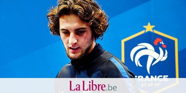 (FILES) In this file photo taken on November 08, 2016, France's midfielder Adrien Rabiot arrives for a press conference in Clairefontaine-en-Yvelines, near Paris, on the team's preparation for the upcoming World Cup 2018 football qualifiers. Paris Saint-Germain's French midfielder Adrien Rabiot, retained in the list of eleven substitutes in the French team for the 2018 World Cup, refuses to be a substitute, reveal on May 23, 2018 French newspapers L'Equipe and Le Parisien. / AFP PHOTO / FRANCK FIFE