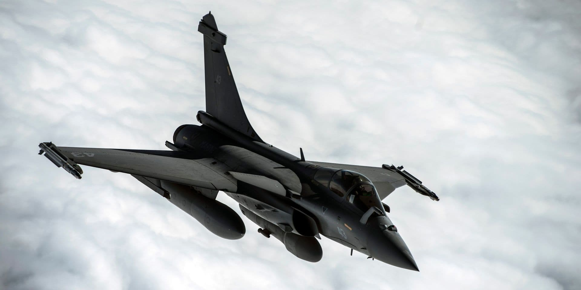 Les Rafale français qui bombardent ISIS sont ravitaillés en vol par l'US Air Force, le 8 janvier 2016. A French F-2 Rafale flies over Iraq in support of Operation Inherent Resolve, Jan. 8, 2016. OIR is the coalition intervention against the Islamic State of Iraq and the Levant. Reporters / Bpresse