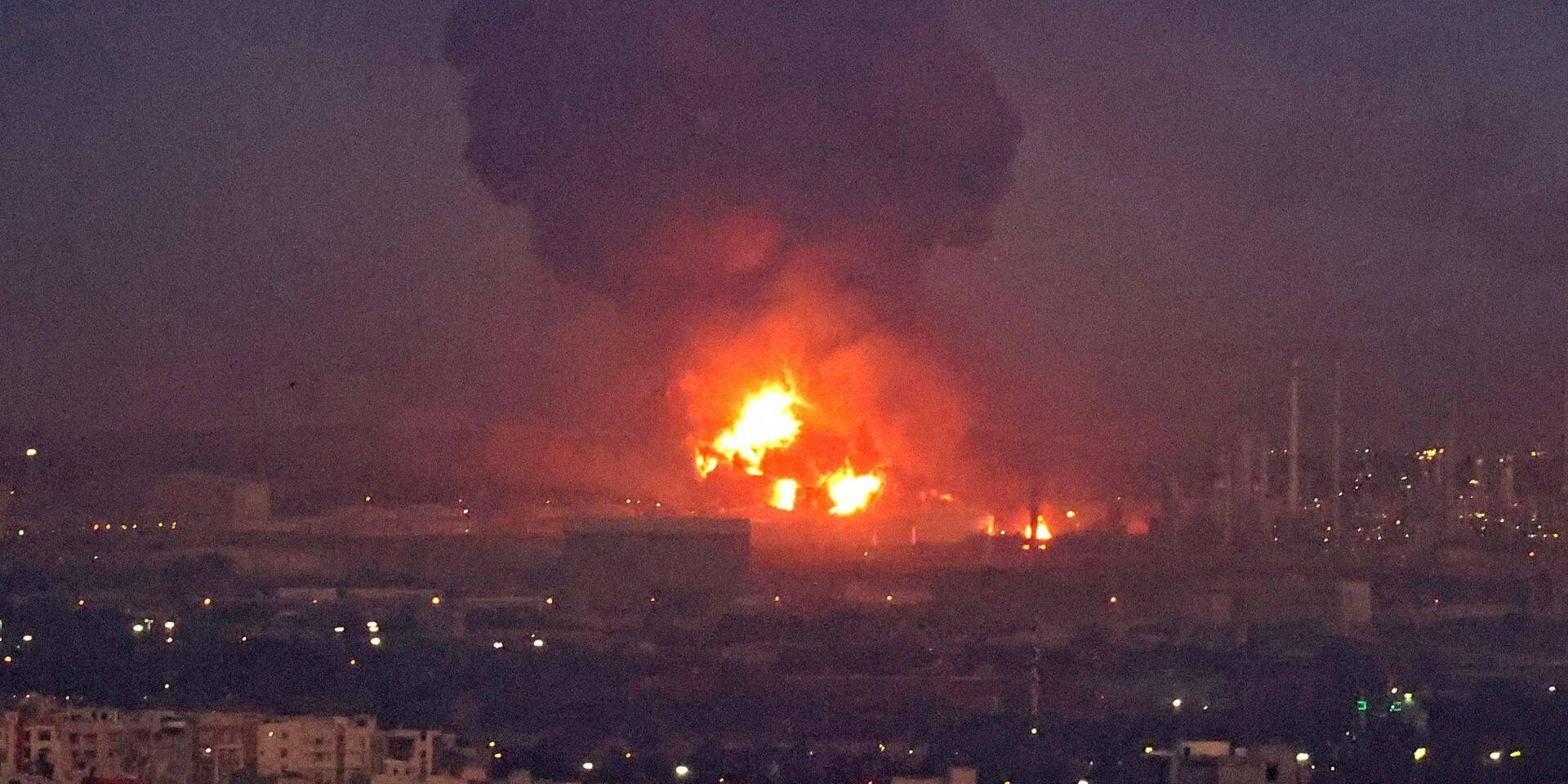 Une raffinerie de pétrole de Téhéran en proie aux flammes