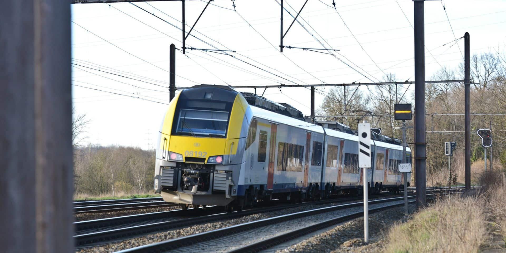 Un homme agresse son ex-compagne au couteau dans un train à Linkebeek: il est activement recherché