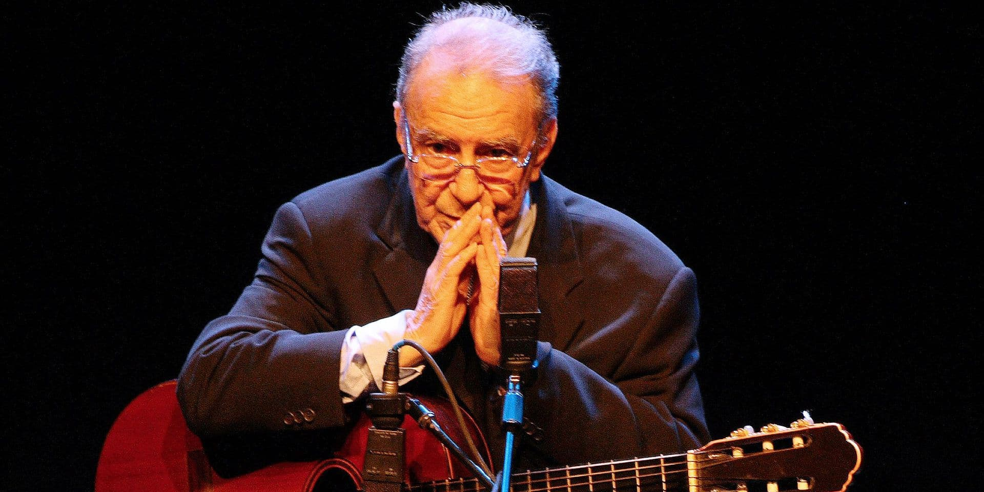 (FILES) In this file photo taken on August 14, 2008, Brazilian singer and composer Joao Gilberto, 77, one of the trio of Brazilian artists who brought Bossa Nova to the world in 1958, performs during a concert in Sao Paulo, Brazil. - Joao Gilberto, the legendary Brazilian musician and songwriter who was a pioneer of the lilting, melodious music known as bossa nova, has died, his son Joao Marcelo announced Saturday on Facebook. He was 88. (Photo by Marco HERMES / AFP)