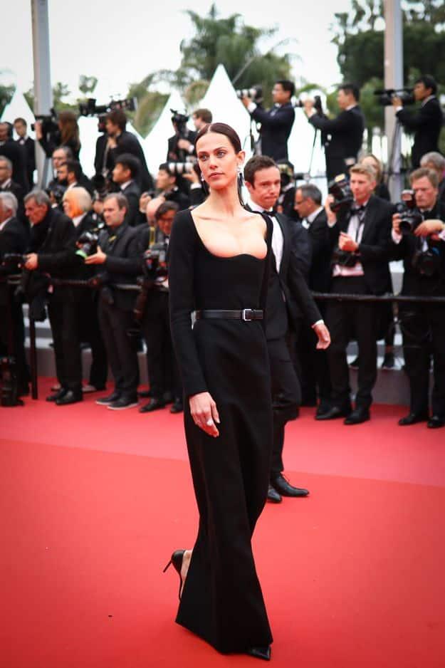 La parti girl Aymeline Valade a osé un décolleté mouvant très proche du fashion faux pas...