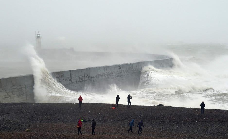 Des vagues s'écrasent sur un mur près d'un phare. La tempête Ciara frappe la côte sud de l'Angleterre.