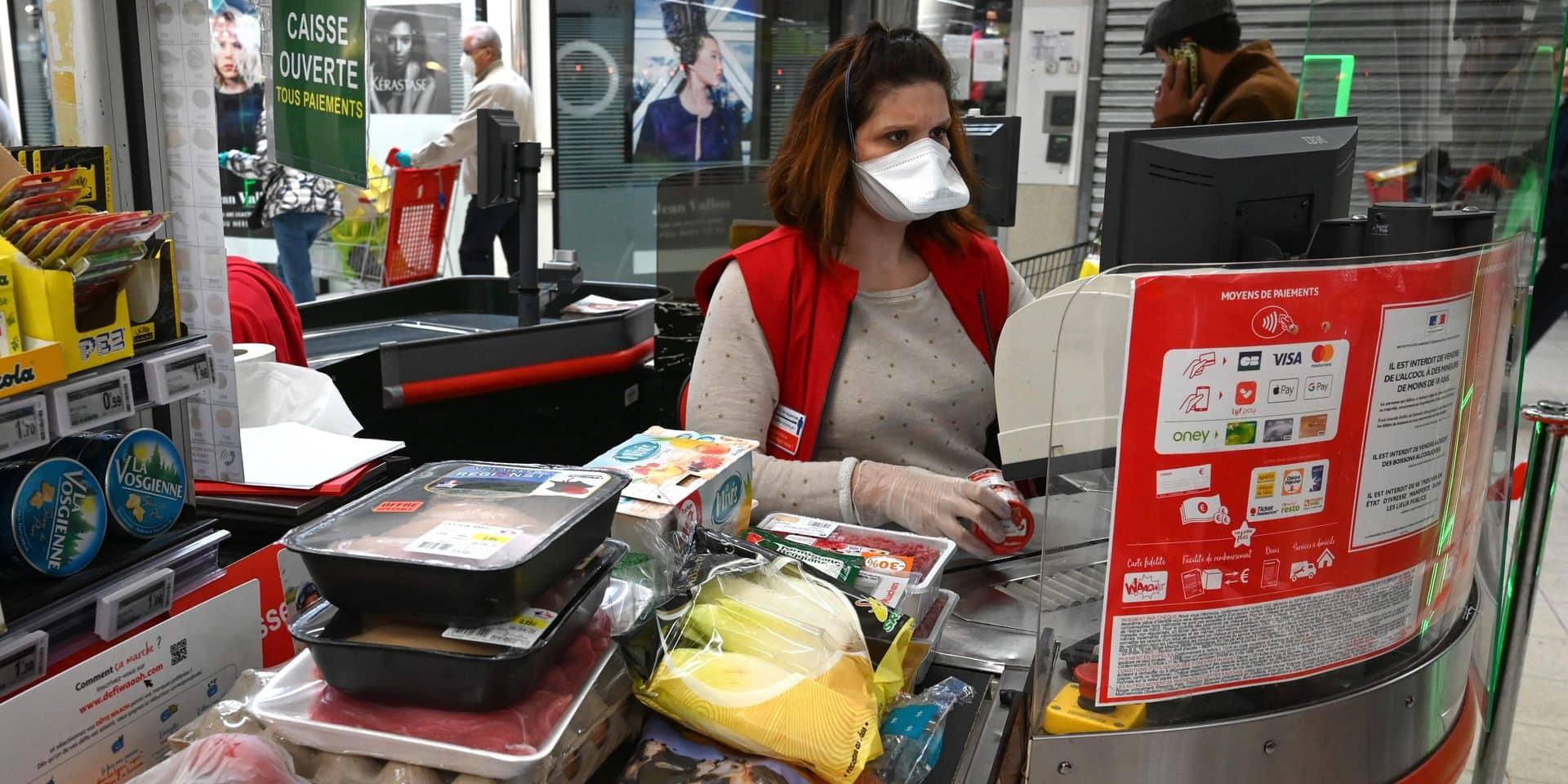 Gardes à l'entrée des magasins, plexigas pour les caissières: les supermarchés en ordre de bataille