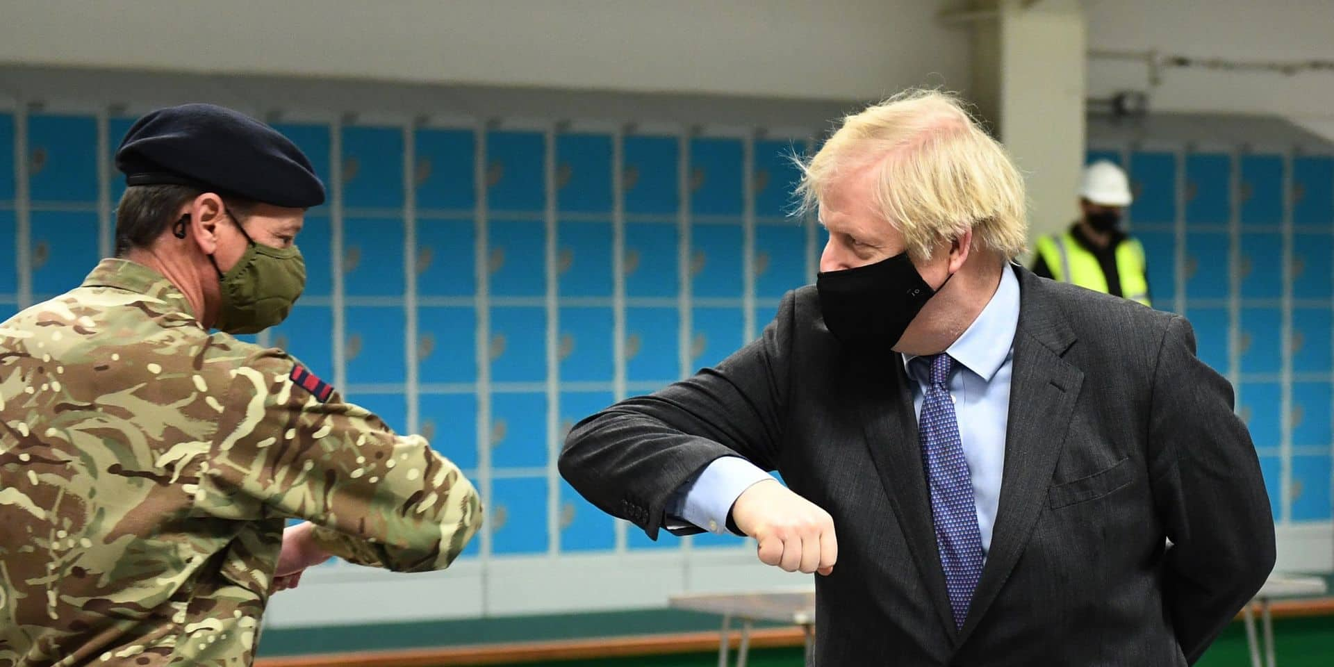 Le Premier ministre Boris Johnson rencontre les troupes alors qu'ils installent un centre de vaccination dans le district de Castlemilk à Glasgow