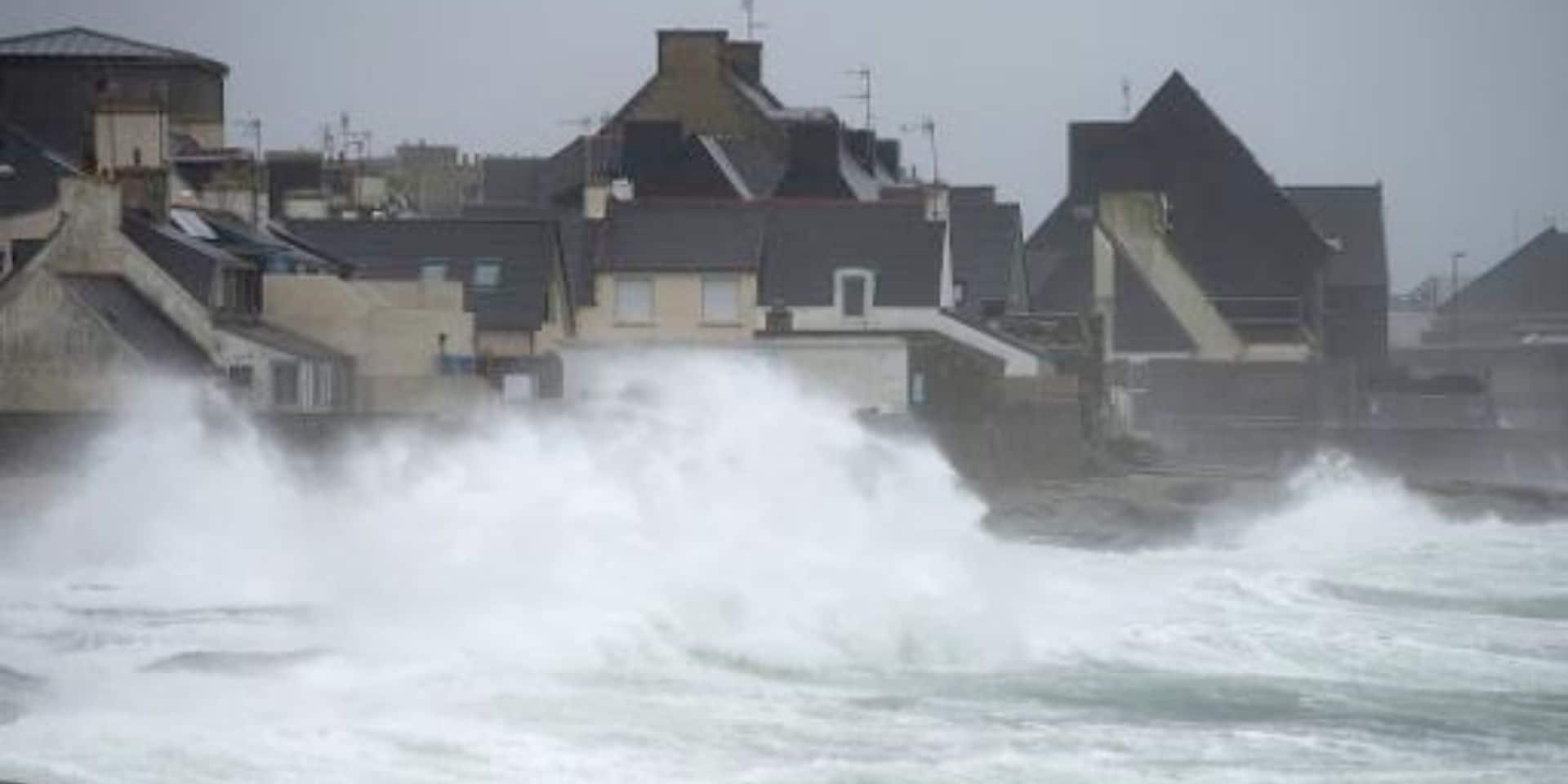 Tempête dans l'ouest de la France, 80.000 foyers privés d'électricité