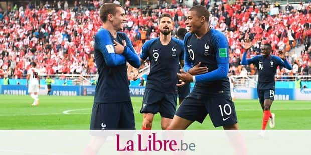 TOPSHOT - France's forward Kylian Mbappe (R) celebrates scoring the opening goal with his teammates forward Antoine Griezmann (L) and forward Olivier Giroud (C) during the Russia 2018 World Cup Group C football match between France and Peru at the Ekaterinburg Arena in Ekaterinburg on June 21, 2018. / AFP PHOTO / Anne-Christine POUJOULAT / RESTRICTED TO EDITORIAL USE - NO MOBILE PUSH ALERTS/DOWNLOADS