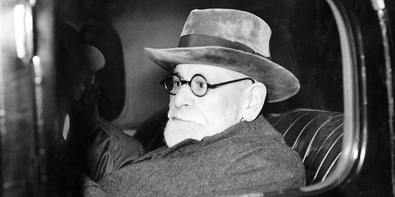 Austrian psychoanlyst Sigmund Freud leaves Victoria Station after his arrival in London 06 June 1938. Freud had his passport restored to him unexpectedly by the Nazi authorities. He was allowed to take out of Austria only his furniture, his library and his collection of Greek and Egyptian antiques. / AFP PHOTO / FILES PLANET NEWS
