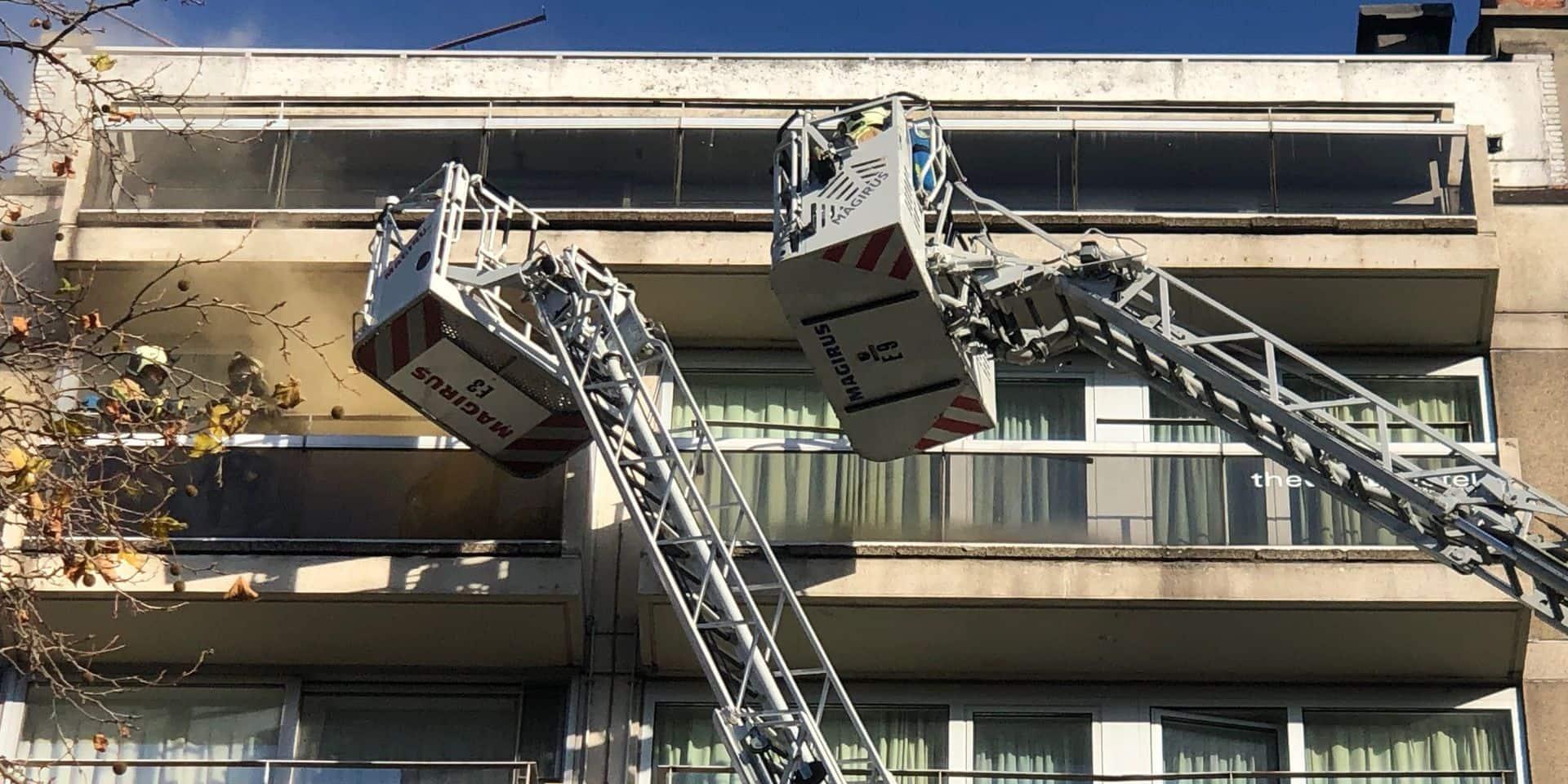 Incendie au White Hotel de l'avenue Louise, fermée en direction de la ville
