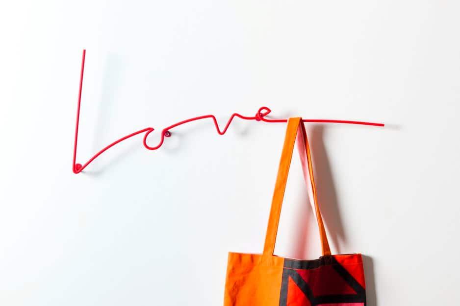 Un accessoire d'intérieur, un porte-manteau super pratique et un message qui vient du cœur : ce porte-manteau Block, d'un rouge éclatant, (disponible sur                                                               decovry.com) fait d'une pierre trois coups ! 59.99€