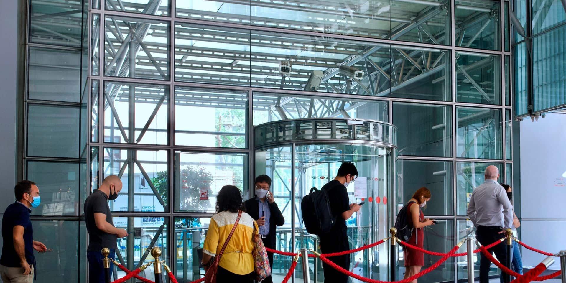 Enfants séparés de leurs parents ou attachés à leurs lits: malgré les critiques sur sa gestion de l'épidémie, Hong Kong assume