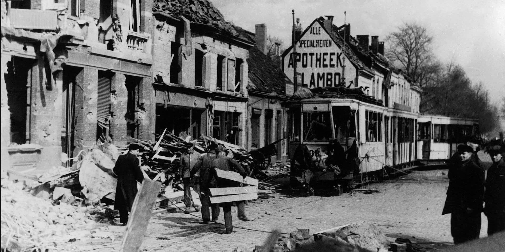 Les habitants d'Anvers en Belgique dans les decombres apres le bombardement intensif de leur ville par les avions allies le 5 avril 1943. PICTURE NOT INCLUDED IN THE CONTRACT