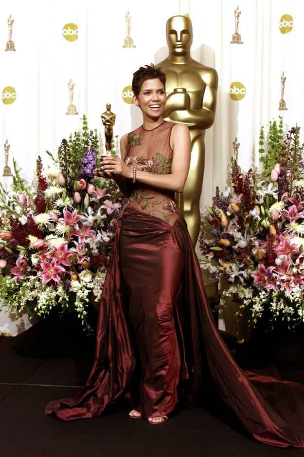 En 2002,                                          Halle Berry sacrée meilleure actrice, elle porte une robe transparente                                          Elie Saab