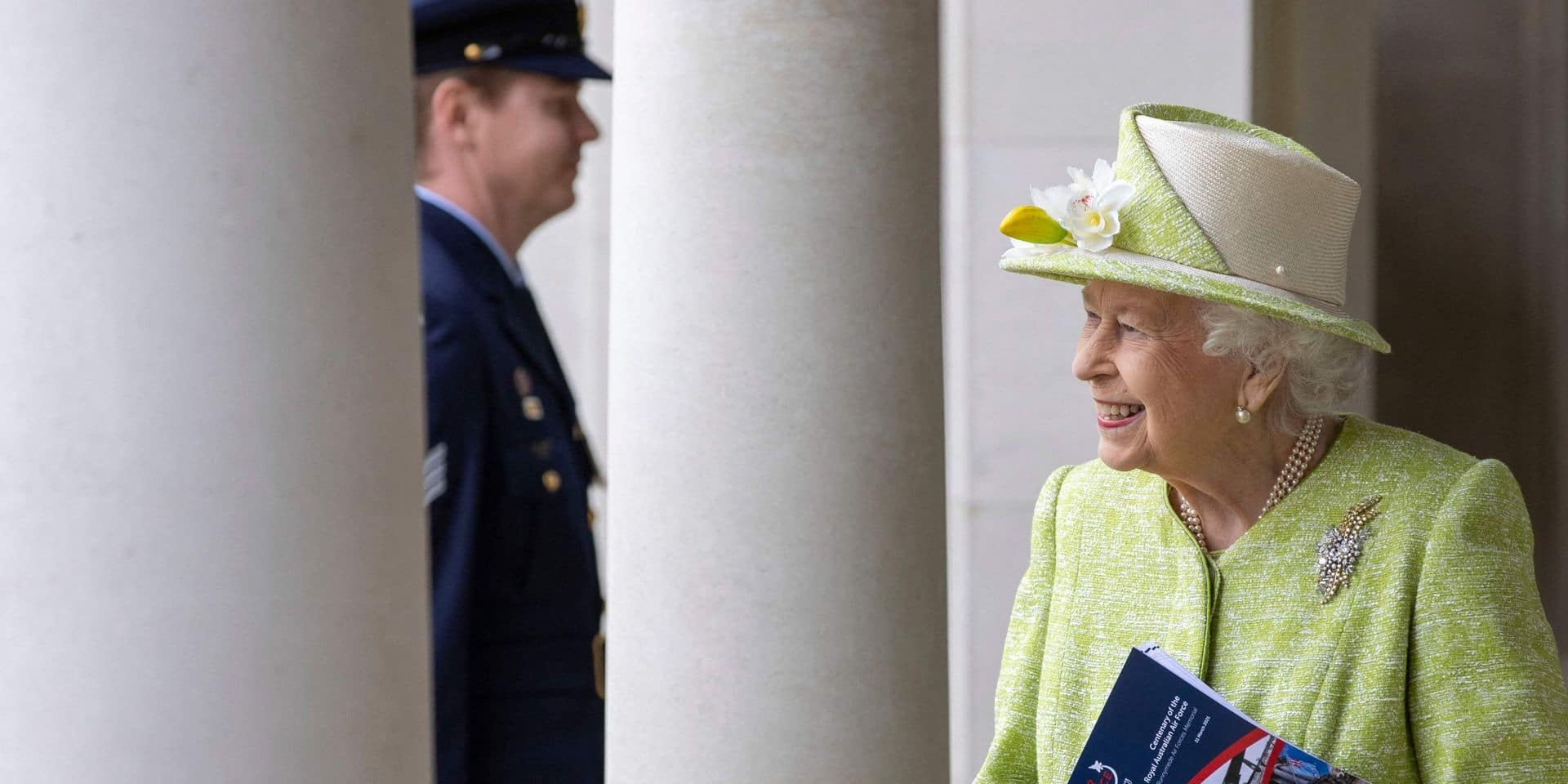 """Vaccinée, Elizabeth II rencontre des pilotes qui """"pourchassent les Russes"""""""