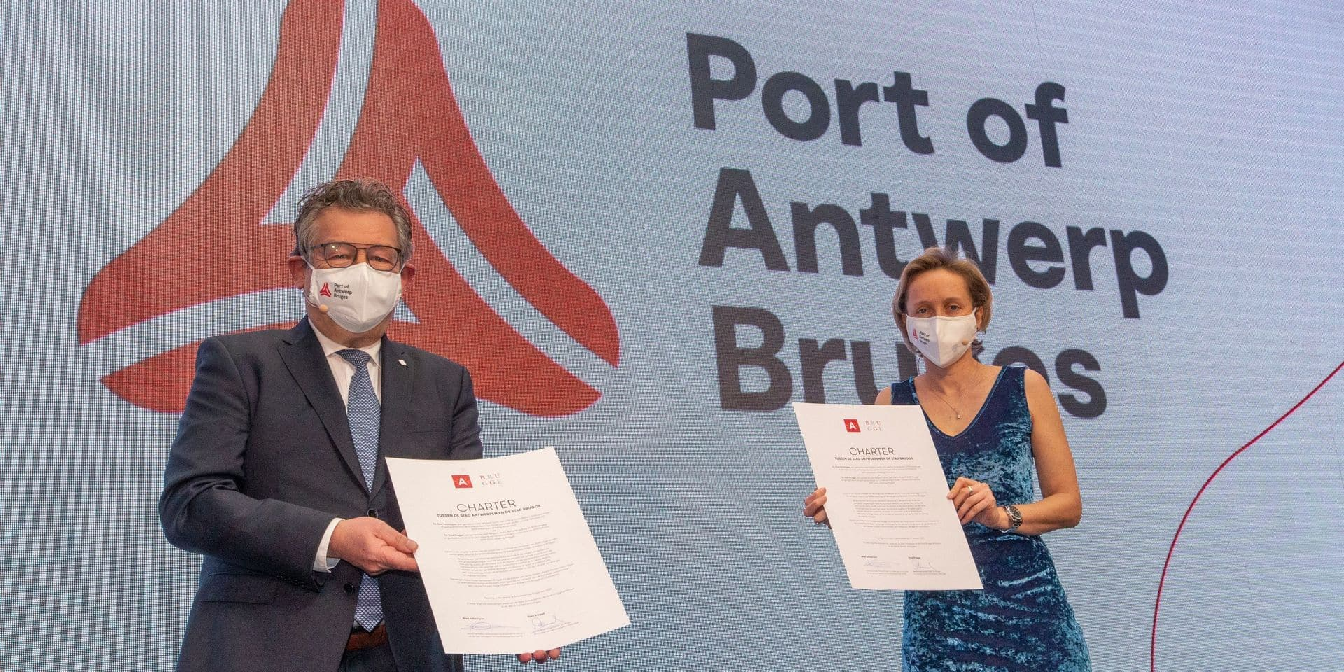 Dirk De fauw, bourgmestre de Bruges et Annick De Ridder, échevine du port d'Anvers, ont présenté cette union lors d'une conférence de presse.