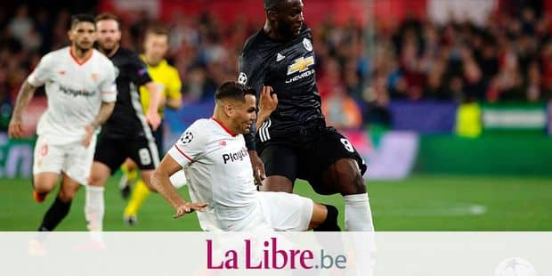 Sevilla's Argentinian defender Gabriel Mercado (L) vies with Manchester United's Belgian forward Romelu Lukaku during the UEFA Champions League round of 16 first leg football match Sevilla FC against Manchester United at the Ramon Sanchez Pizjuan stadium in Sevilla on February 21, 2018. / AFP PHOTO / JORGE GUERRERO