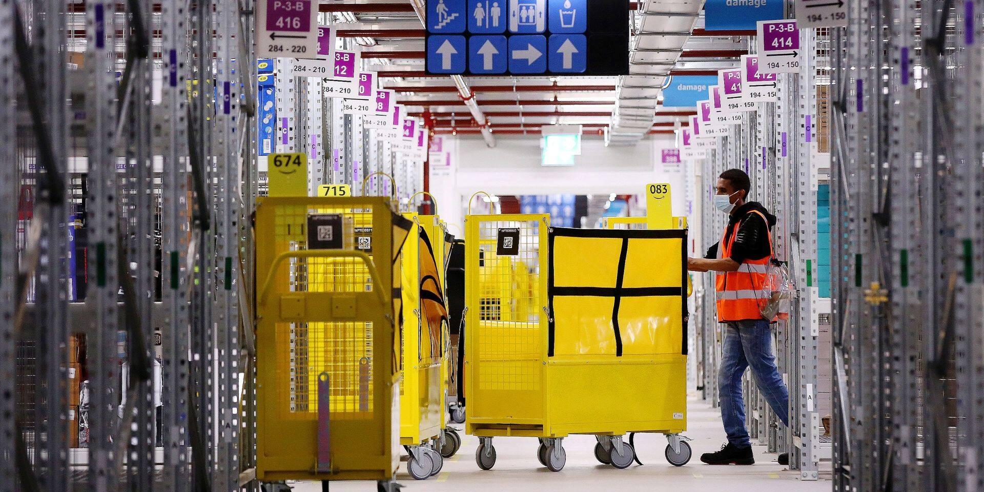Début septembre 2020, un employé d'Amazon s'occupant du stockage et déstockage dans le nouveau centre logistique de Saxe-Anhalt, en Allemagne.