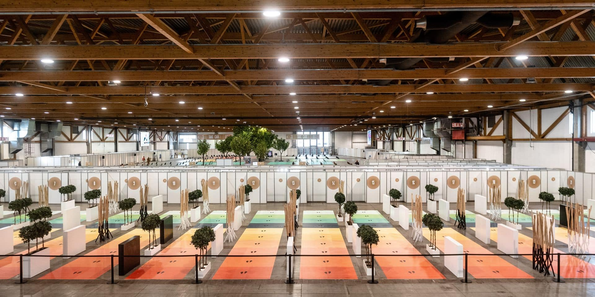 Bruxelles - Brussels Expo (Heysel) : Palais 1 - Centre de vaccination covid-19 - Le plus grand centre de vaccination de Belgique ouvre ses portes. La structure présente 20 box de vaccination: pour l'instant, le centre permettra de vacciner environ 1000 p