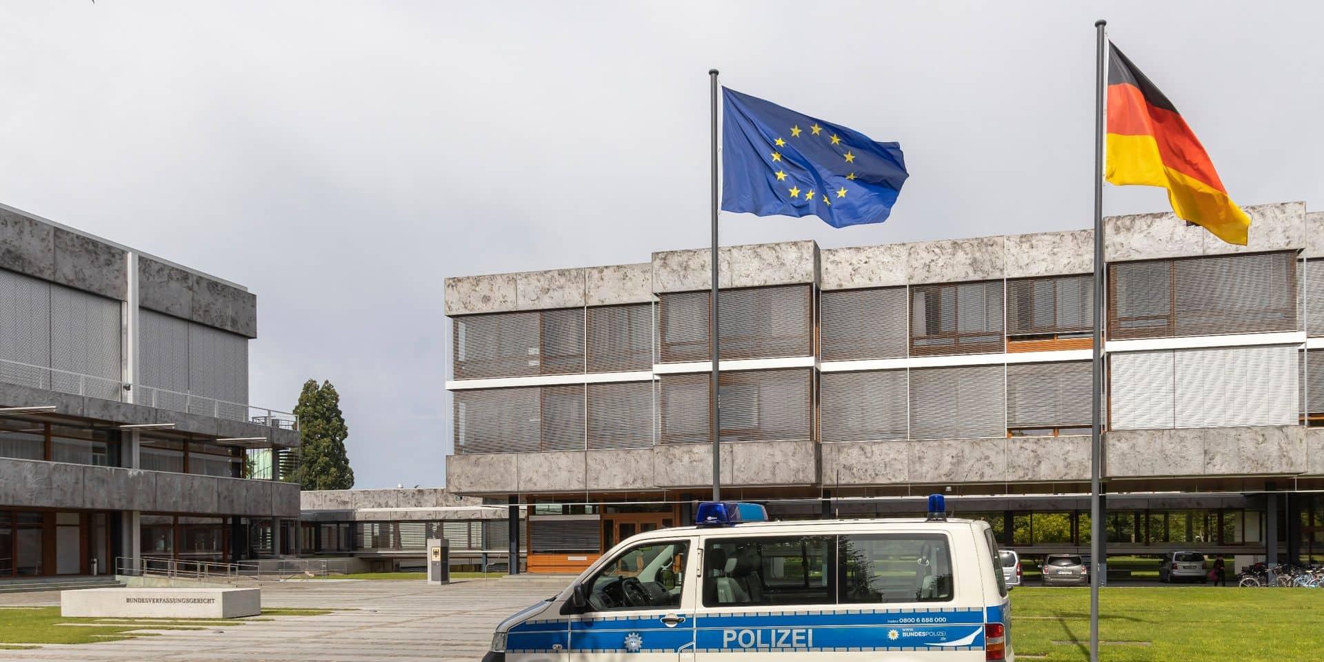 La Cour de Karlsruhe a rejeté les recours déposés par Peter Gauweiler, ancien député de la CSU bavaroise, et Bernd Lucke, fondateur du parti populiste AfD, qui jugeaient que la BCE n'avait pas fourni aux autorités allemandes un argumentaire suffisant.