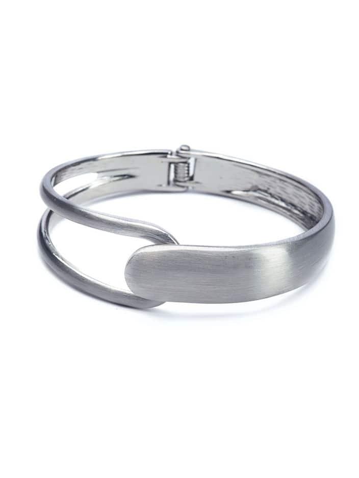 Un bracelet, c'est toujours un beau cadeau, celui-ci en métal brossé signé Titto s'affiche à 19€.