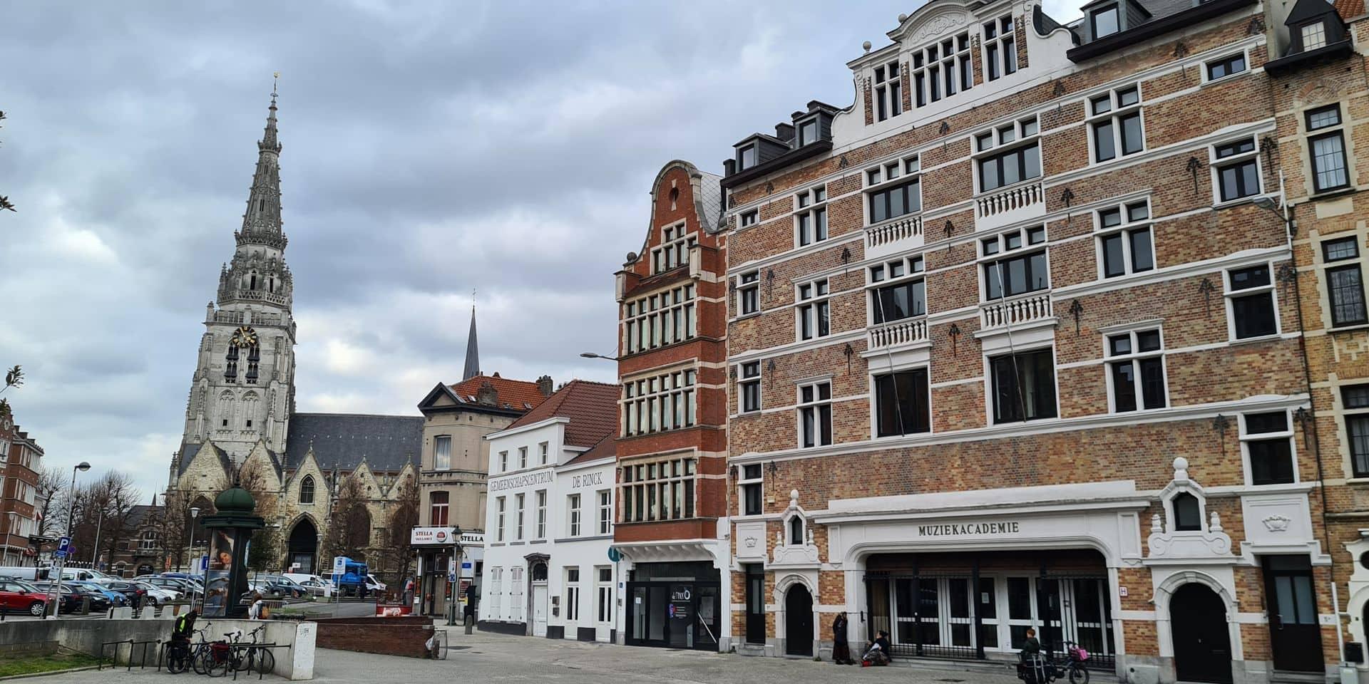 Le quartier de Saint-Guidon s'articule autour de la collégiale et de la place de la Vaillance.