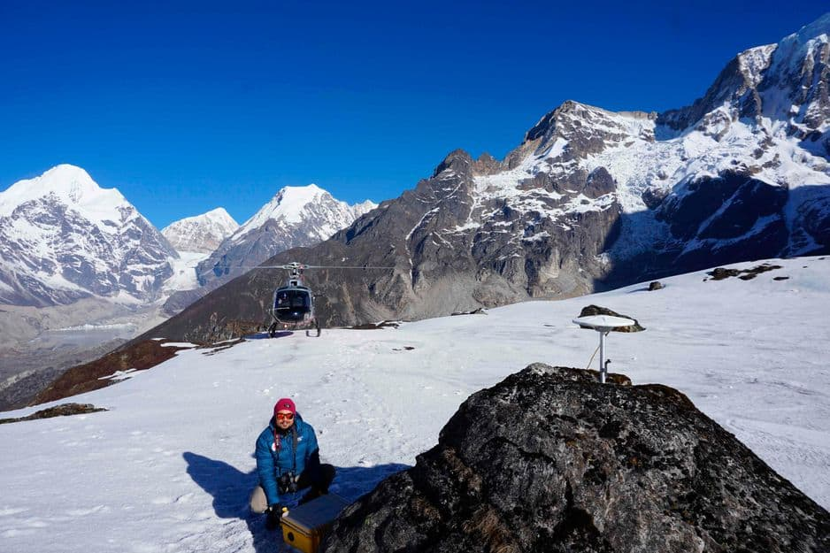 Dans cette photo non datée publiée par le Survey Department, Népal, le 1er décembre 2020, un membre de l'équipe place un récepteur GNSS (Global Navigation Satellite System) après l'avoir foré sur un rocher pendant les mesures de hauteur du mont Everest.