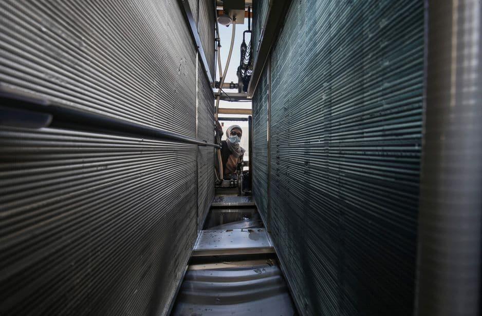L'ingénieur palestinienne Nadia Tubail vérifie les filtres d'un générateur d'eau alimenté par l'énergie solaire qui extrait l'eau potable directement de l'air.