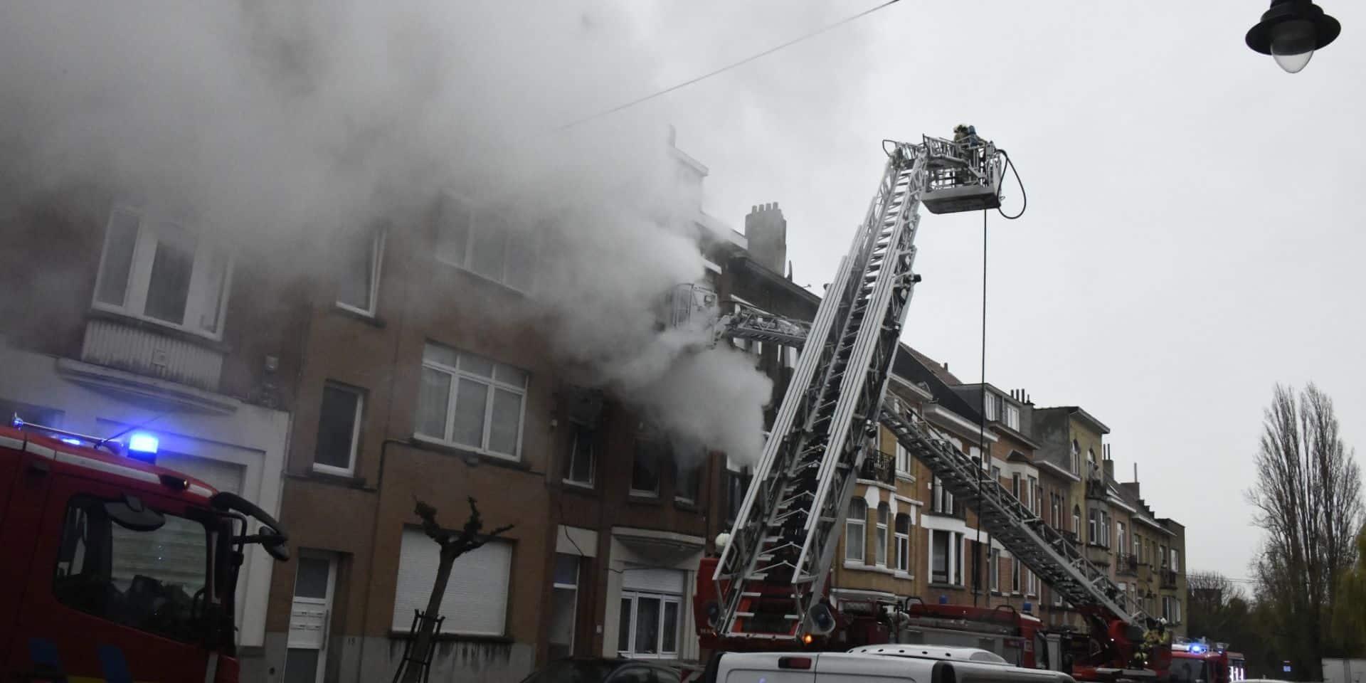 Plusieurs personnes, dont un enfant, intoxiquées dans un gros incendie à Laeken