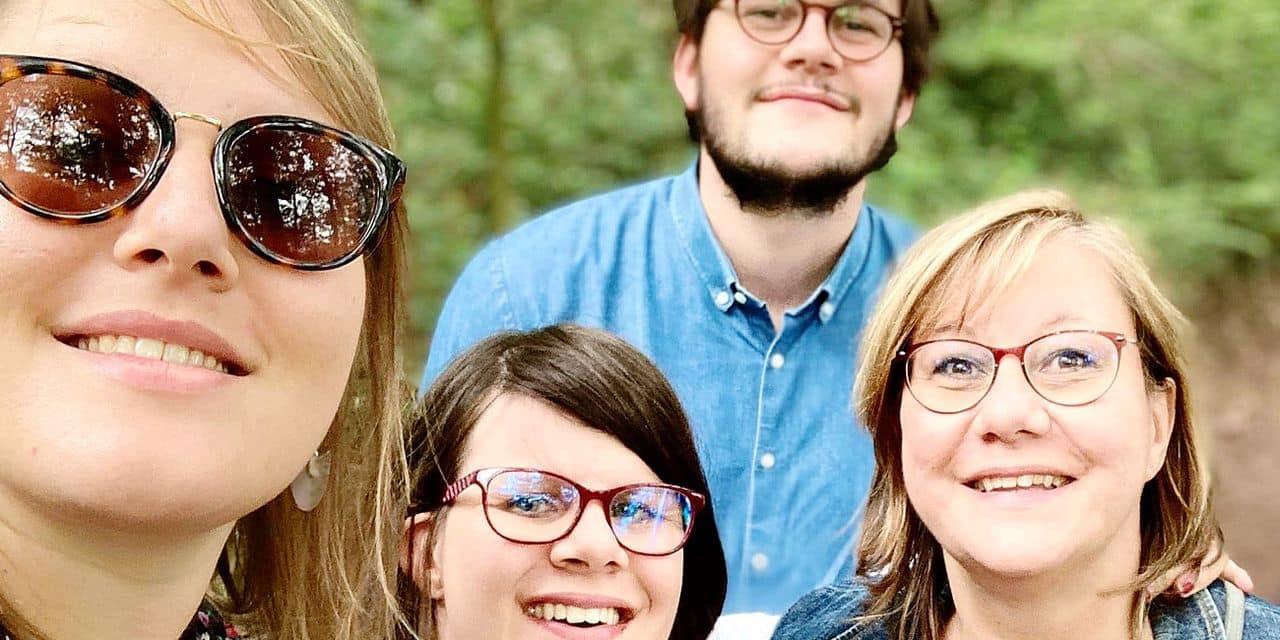 Mathilde (au milieu), sa sœur, son frère et sa maman, Caroline Persoons, à laquelle elle reste très liée.